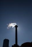 在蓝天的烟囱乏汽 库存照片