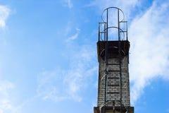 在蓝天的烟囱 免版税库存图片