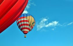 在蓝天的热空气气球与云彩 库存图片