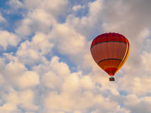 在蓝天的热空气气球与云彩 免版税库存图片