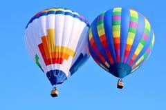 在蓝天的热空气气球 库存图片