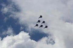 在蓝天的特技小组形成在飞行表演期间 库存照片