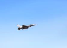 在蓝天的猎鹰喷气式歼击机军事飞行 免版税库存照片