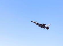 在蓝天的猎鹰喷气式歼击机军事飞行 免版税库存图片