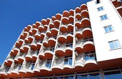 在蓝天的现代居民住房 库存照片