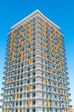 在蓝天的现代豪华公寓楼 免版税库存图片