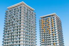 在蓝天的现代豪华公寓楼 库存图片