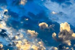 在蓝天的由后面照的云彩 免版税库存图片