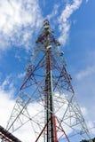 在蓝天的电信塔 图库摄影