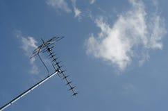在蓝天的电视天线 库存照片