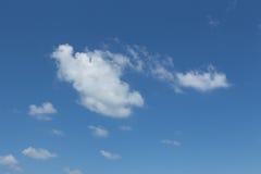 在蓝天的白色云彩。 免版税库存图片