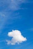 在蓝天的白色云彩在夏日 免版税库存图片