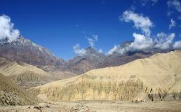 在蓝天的白色云彩在高山 免版税库存照片