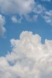 在蓝天的白色云彩形成 与白色云彩的抽象天堂背景 免版税库存图片