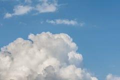在蓝天的白色云彩形成 与白色云彩的抽象天堂背景 免版税库存照片