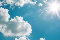在蓝天的白色云彩从光束 免版税库存图片