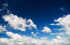 在蓝天的白色云彩 免版税库存图片