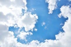在蓝天的白色云彩 库存照片