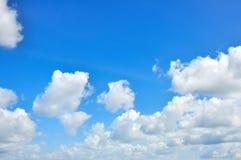 在蓝天的白色云彩 免版税库存照片