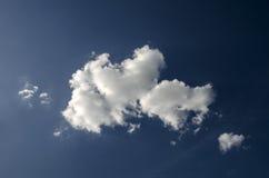 在蓝天的白色云彩 免版税图库摄影