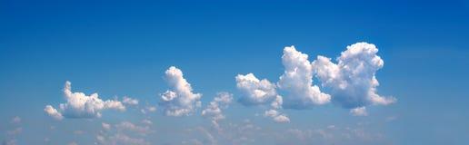 在蓝天的白色卷曲云彩 1个背景覆盖多云天空 覆盖类似于狮子, 免版税库存图片