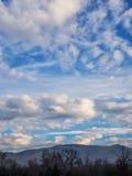 在蓝天的白色和灰色云彩与前景 库存照片