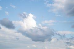 在蓝天的白色和灰色云彩 库存照片