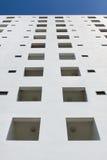 在蓝天的白色大厦 图库摄影