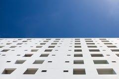 在蓝天的白色大厦 免版税库存照片
