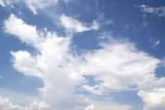 在蓝天的白色微小的云彩作为背景 免版税图库摄影