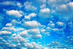 在蓝天的白色微小的云彩背景 油处理的照片 库存图片
