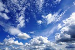 在蓝天的白色松的云彩 图库摄影