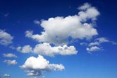 在蓝天的白色松的云彩 免版税库存图片