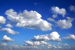 在蓝天的白色松的云彩 免版税库存照片