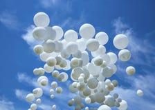 在蓝天的白色气球 库存图片