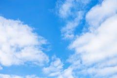 在蓝天的白色积云在12月 免版税库存图片