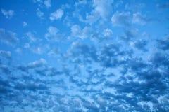 在蓝天的白色稀稀落落的云彩 免版税库存照片