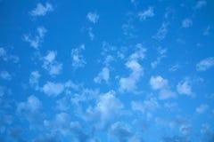 在蓝天的白色稀稀落落的云彩 库存图片