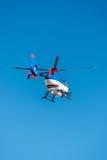 在蓝天的直升机 免版税库存图片