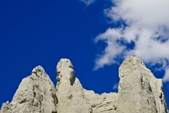 在蓝天的砂岩峭壁 免版税库存图片