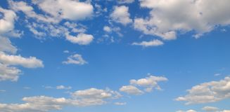 在蓝天的积云 晴朗明亮的日 宽照片 免版税库存照片