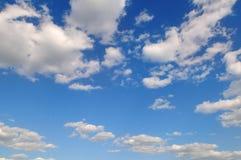 在蓝天的积云 晴朗明亮的日 免版税库存照片
