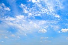 在蓝天的积云 晴朗明亮的日 库存图片