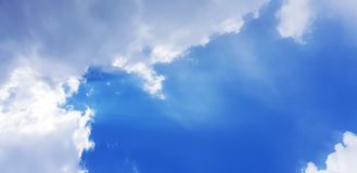 在蓝天的积云 免版税库存图片