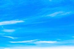 在蓝天的空气云彩 免版税库存图片