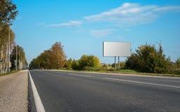 在蓝天的空白的广告牌与高速公路 库存照片