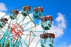 在蓝天的空的弗累斯大转轮 免版税库存照片