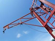 在蓝天的红色起重机 免版税库存照片