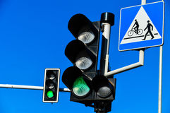 在蓝天的红绿灯 库存照片