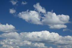 在蓝天的美丽的云彩 库存照片
